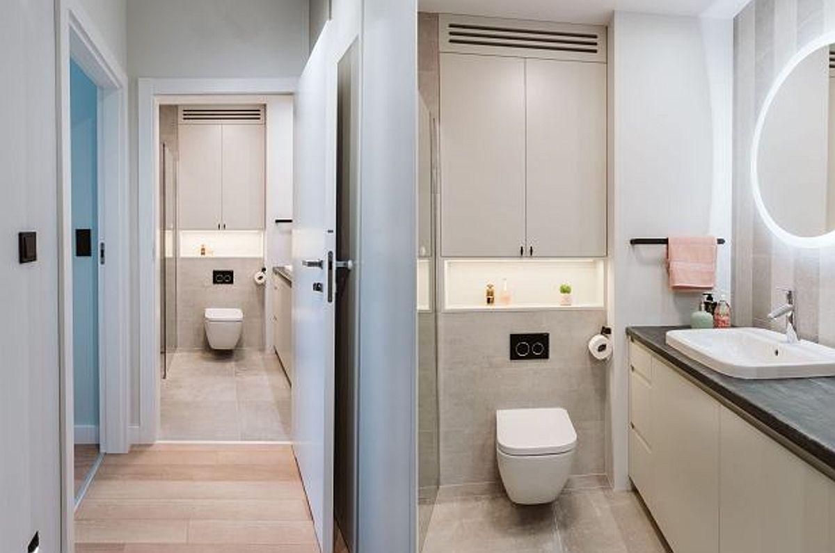 Spațul holului a fost exploatat pentru amplasarea dulapurilor. În capătul holului este baia, tratată actual în nuanțe neutre, deschise.