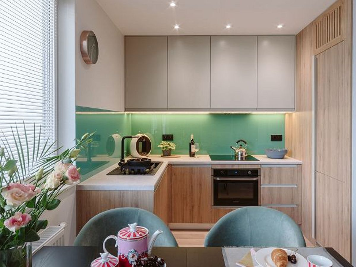 Bucătăria a fost deschisă către living și ușor către holul de la intrare. Astfel suprafața de blat a fost mărită și către fereastră, iar către hol a fost configurată mobilă înaltă.