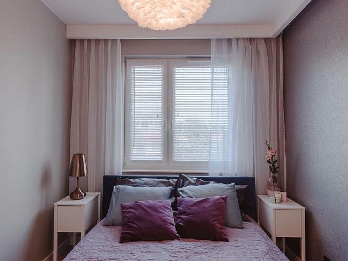 Dormitorul matrimonial este foarte mic,așa că patul a fost poziționat cu tăblia către fereastra, astfel ca în fața lui să poată fi pus un dulap. Lățimea camerei nu permite așezarea patului pe centrul ei pentru că lățimea este mică. Deci a fost compromisul necesar pentru ca patul ales să poată fi accesat din ambele părți.