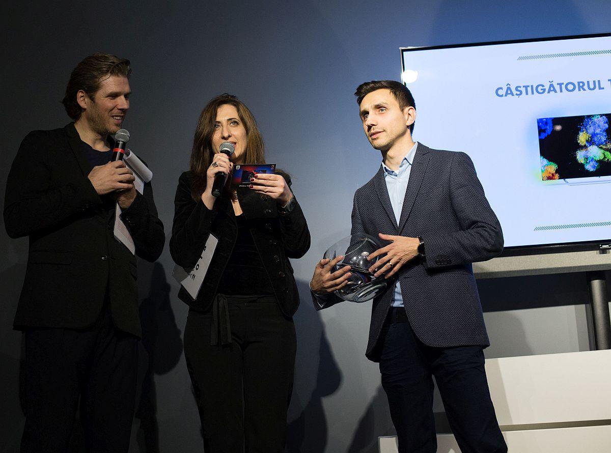 În foto Filip Ristovski (stânga) și Ileana Răducanu, redactor-sef Elle Decoration înâmând unul dintre premii la ediția din 2018.
