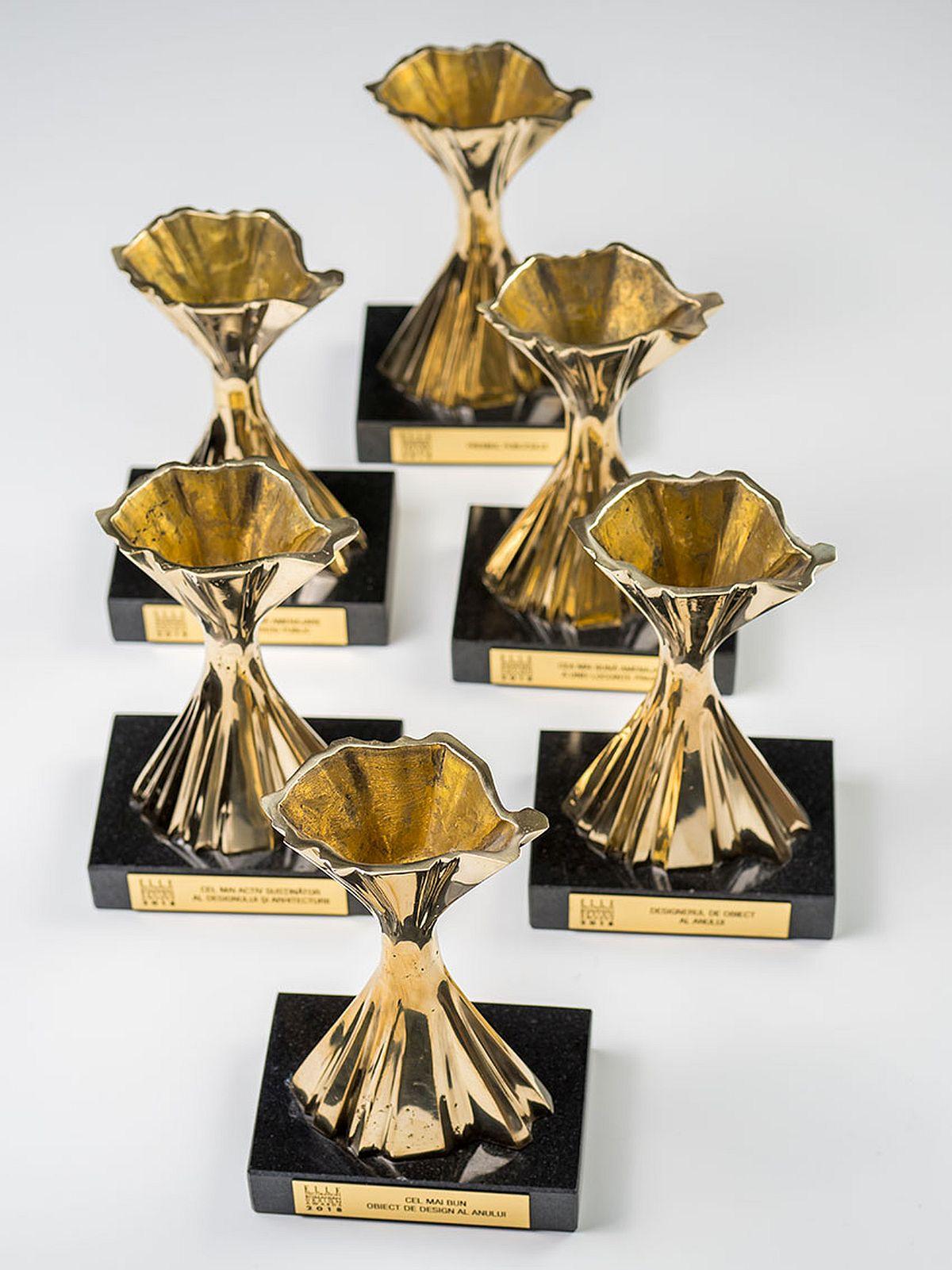 Trofeele oferite de Elle Decoration sunt create de designerul Cătălin Năstăsoiu.
