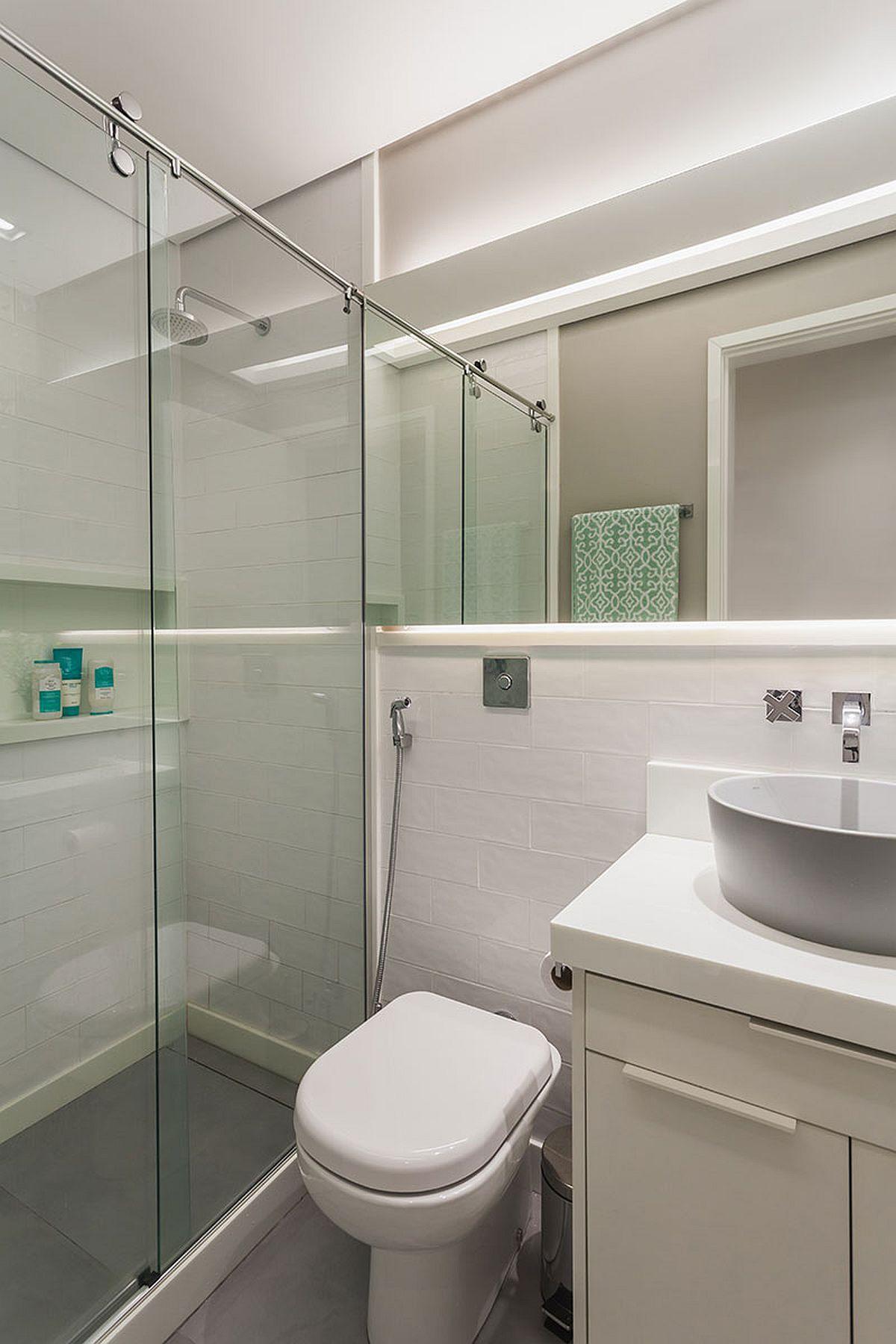 Baia este mică, dar bine organizată cu toate cele necesare. Pentru a alunga senzația de claustrofobie, designerii au prevăzut aici o oglindă generoasă care să dea impresia de spațiu mai mare și mai luminos.