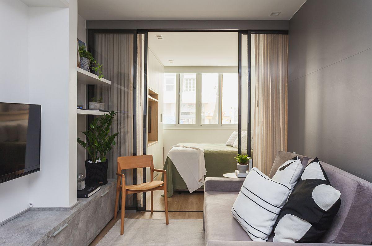 Peretele din spatele canapelei este placat cu panouri din MDF din considerente vizuale și pentru o încadra structura locuinței. Peste tot s-au folosit nuanțe neutre, tocmi pentru a nu aglomera vizual spațiul mic, populat deja cu multe obiecte necesare funcțiunilor.