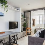Locul de living este simplu configurat. Practic, banca din zona de masă este prelungită pentru a forma comoda tv.