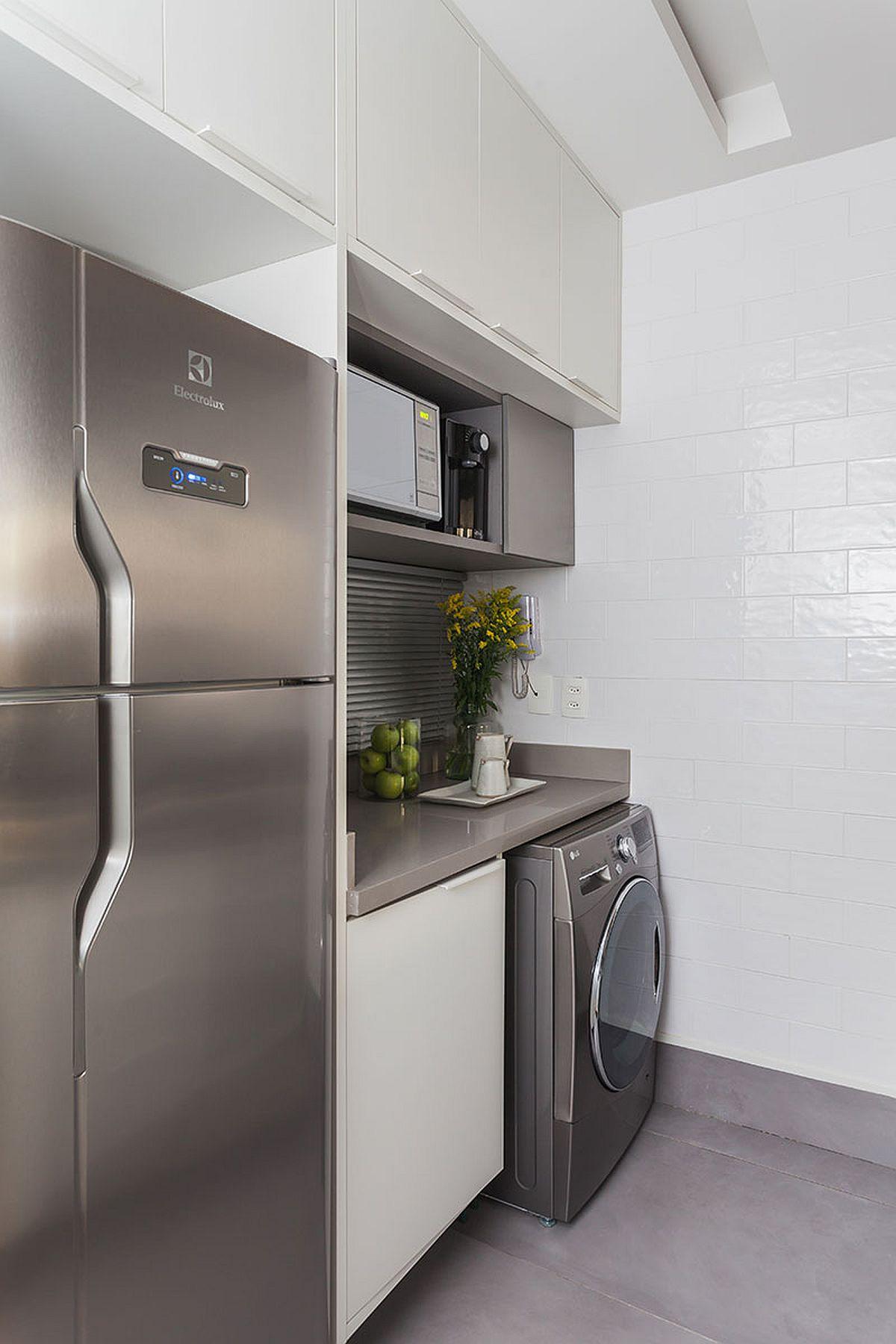 Baia foarte mică nu a permis instalarea mașinii de spălat, așa că toate electrocasnicele mari au fost prevăzute în spațiul mic al bucătăriei. Locul mașinii de spălat a fost ales pe peretele comun cu baia, astfel ca legătura la instalația de apă pentru alimentare și scurgere să se facă mai ușor.