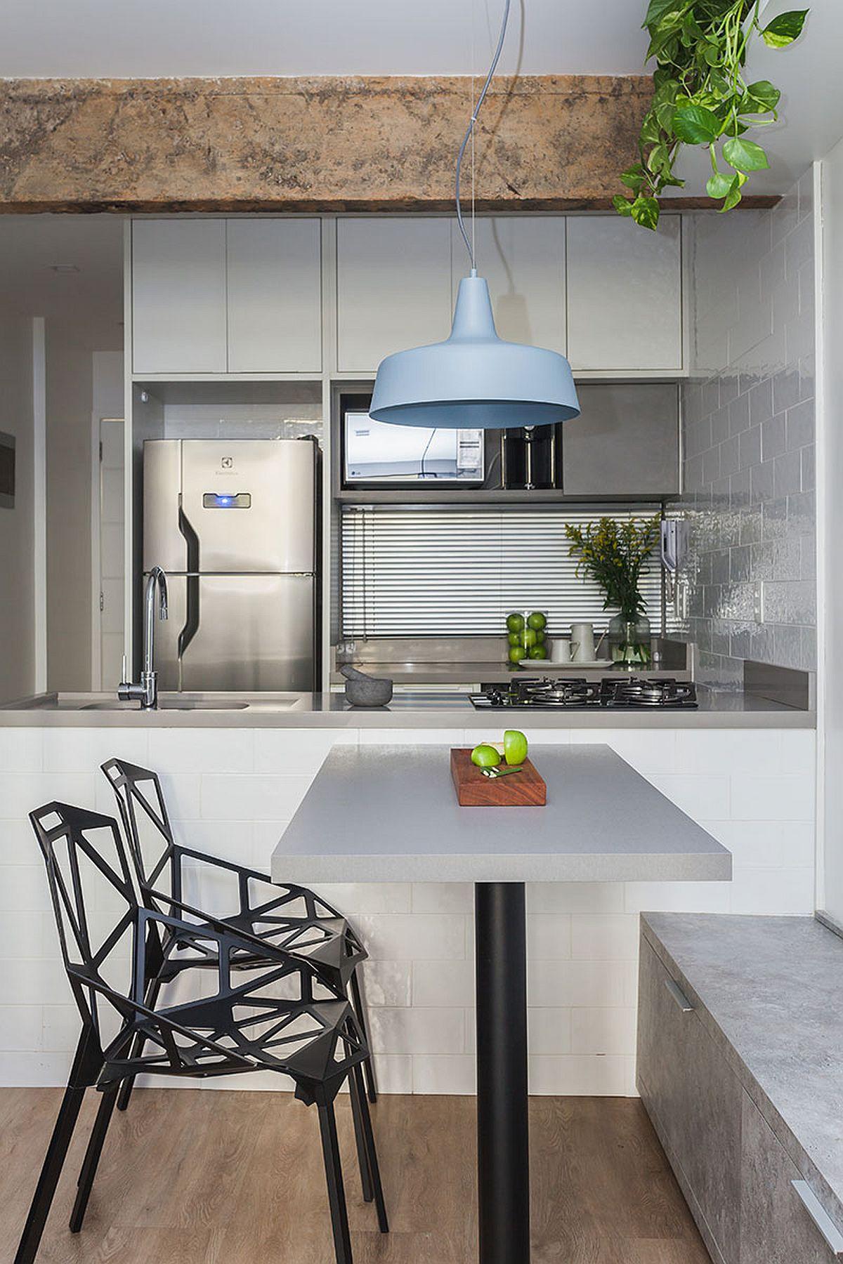Pentru a eficientiza la maximum bucătăria, designerii au prevăzut locul de chiuvetă și plită pe blatul mesei insulă sistuată în fața bucătăriei. Pentru a fi evitate accidentele, blatul cu dotările din bucătărie nu a fost prelungit cu loc de masă, ci a aceasta a fost configurată perpendicular. Pentru o mai bună exploatare a spațiului locul de masă are o parte fixă, respectiv banca de pe lîngă perete, care este folosită și pentru depozitare.