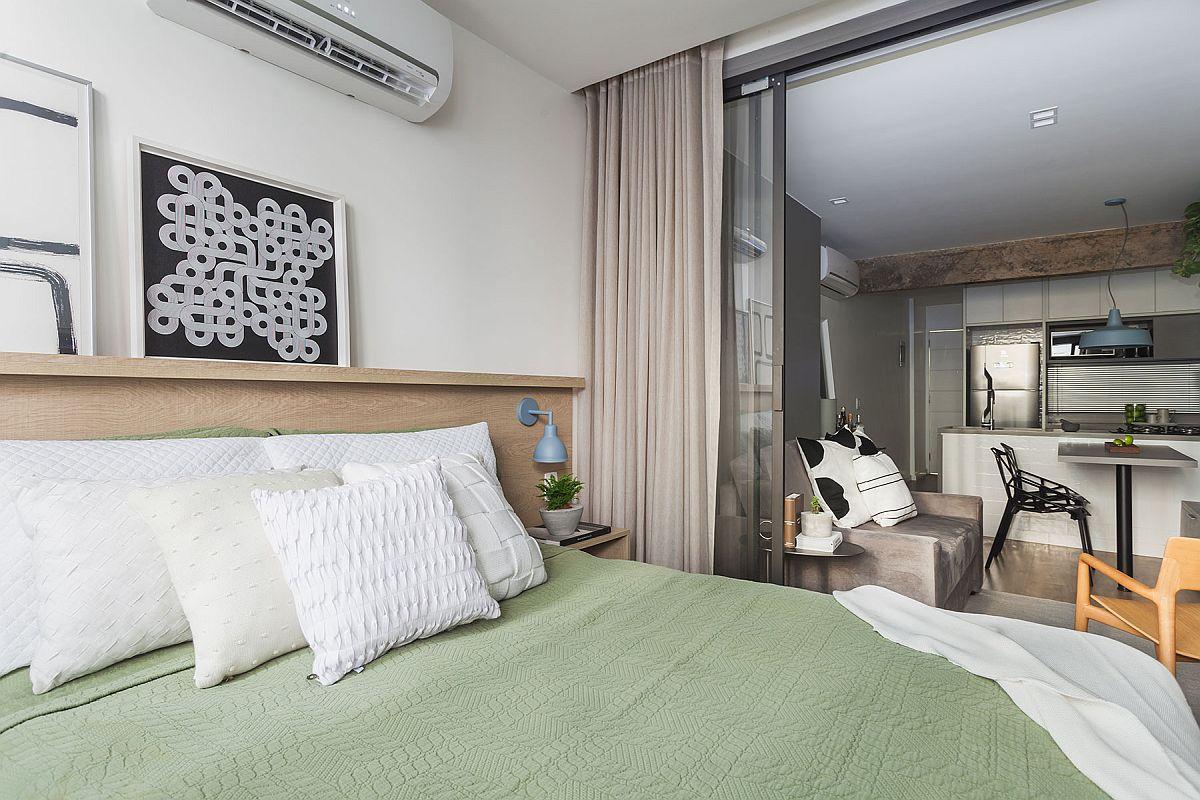 Pentru a optimiza spațiul, designerii au prevăzut practic toată organizarea garsonierei de la fereastră către interior. Dormitorul poate fi separat de cameră prin panouri cu sticlă, dar aceste panouri lasă lumina naturală să treacă spre bucătărie. Însă cu toate acestea, designerii au gândit un iluminat artificial care să compenseze la nevoie lumina naturală.