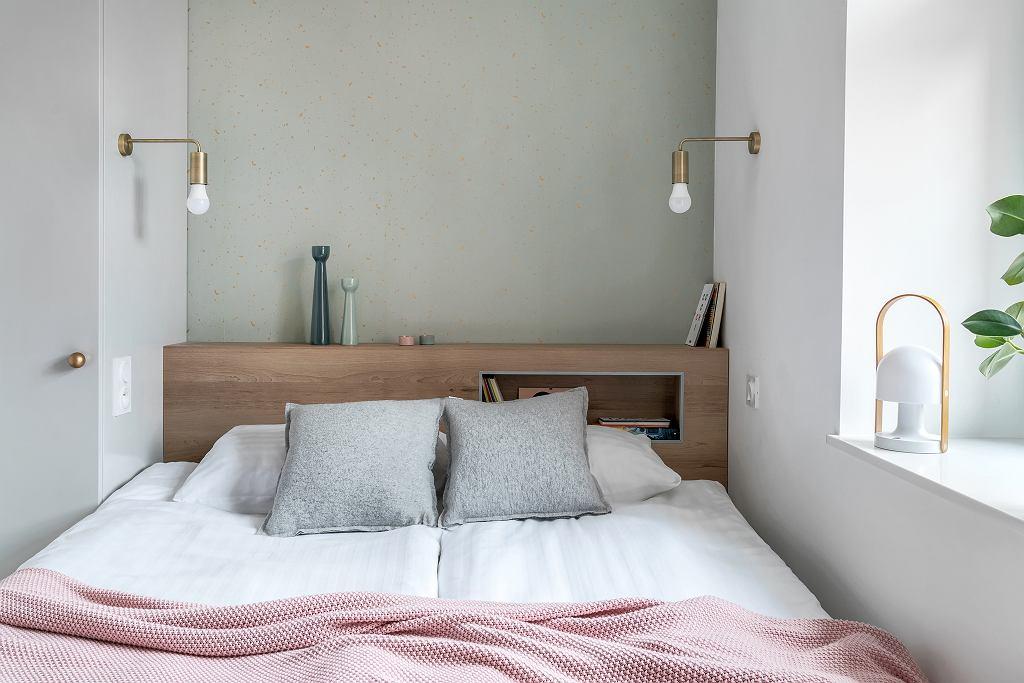 Spațiul alocat patului este unul mic, dar suficient pentru două persoane adulte. Compromisul făcut a fost acela de-a lipi patul de unul dintre ziduri, iar în loc de noptiere, tăblia patului a fost configurată mai lată pentru a avea spațiu deasupra și altul decupat ca o nișă.