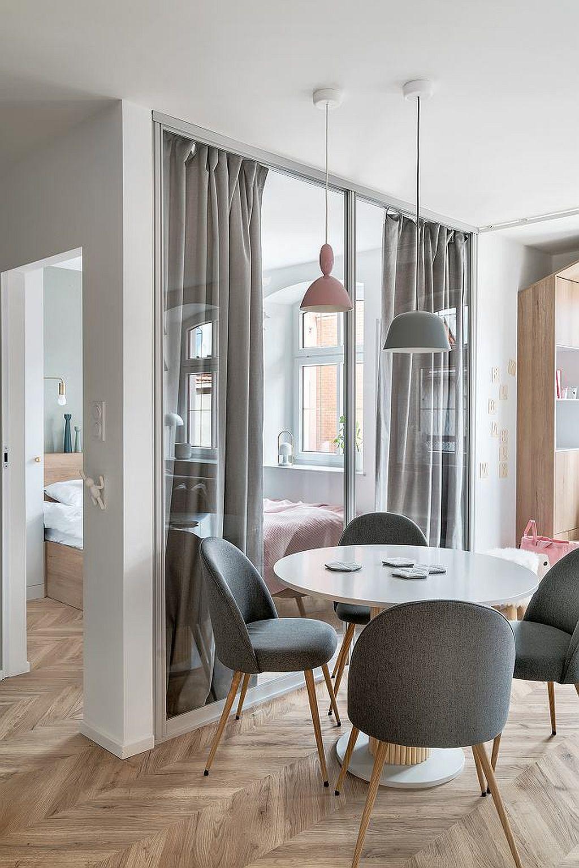 Locuința mică cu o singură cameră a fost organizată în mai multe funcțiuni. Dormitorul este separat față de zona de zi cu panouri de sticlă încadrate în profile de aluminiu. În spatele acestor panouri, pentur intimitate sunt montate draperii.