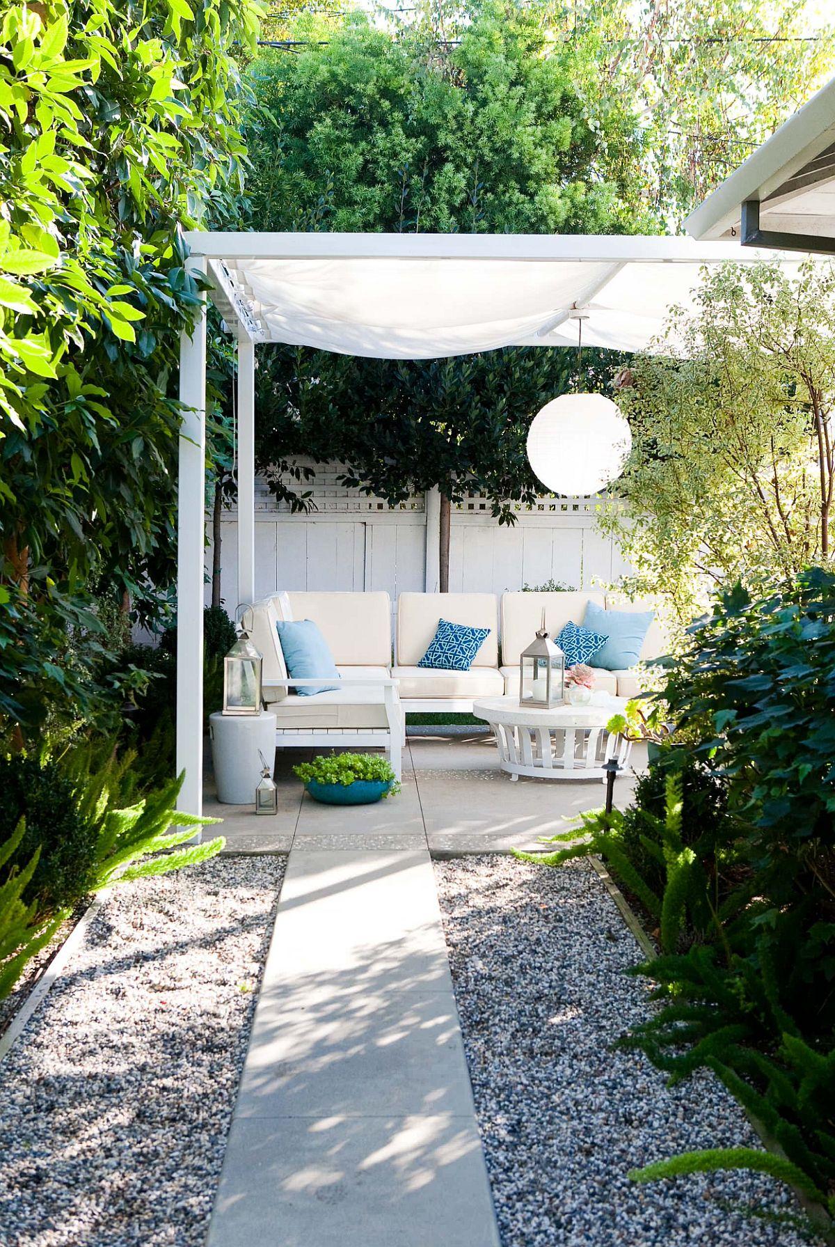 Locul de relaxare este marcat la rândul lui cu o construcție ușoară din lemn pentru umbrire, totul gândit și în relație cu interiorul casei. Astfel, construcția asigură protecție împotriva soarelui în zona de canapele, dar nu umbrește ferestrele casei pentru a obtura lumina naturală ce pătrunde prin ele la interior.
