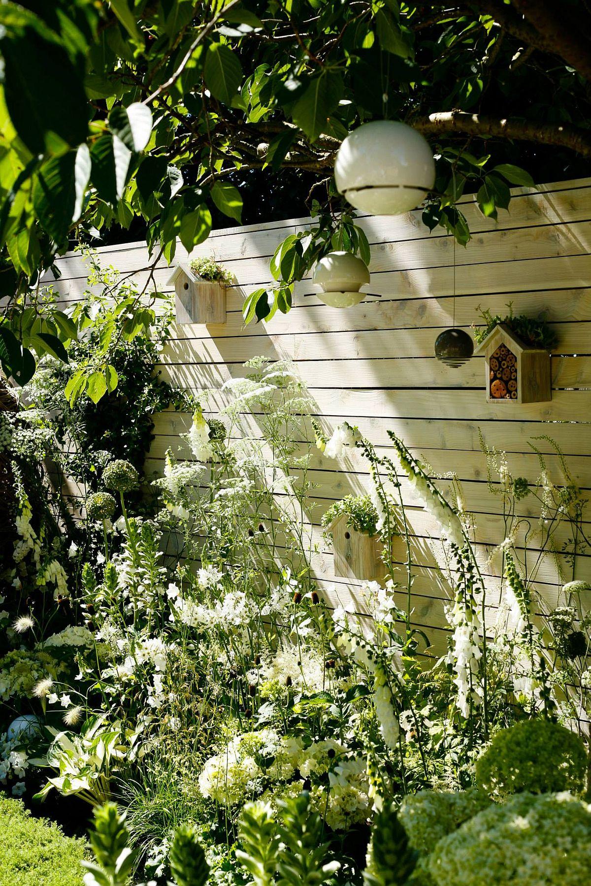 Folosit ca fundal pentru plantele mai înlate, gardul este și suport pentru căsuțe de păsări și căsuțe pentru insecte. Practic toată grădina este un mare cuib pentru viață.