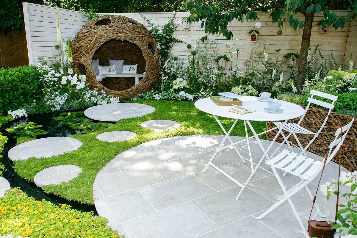 Există două zone funcționale în grădină: locul de luat masa și locul de lectură, poziționate în diagonală, astfel ca traseul de ciruclație dintre ele să fie lungit prin desfășurarea pavajelor concepute rotund.