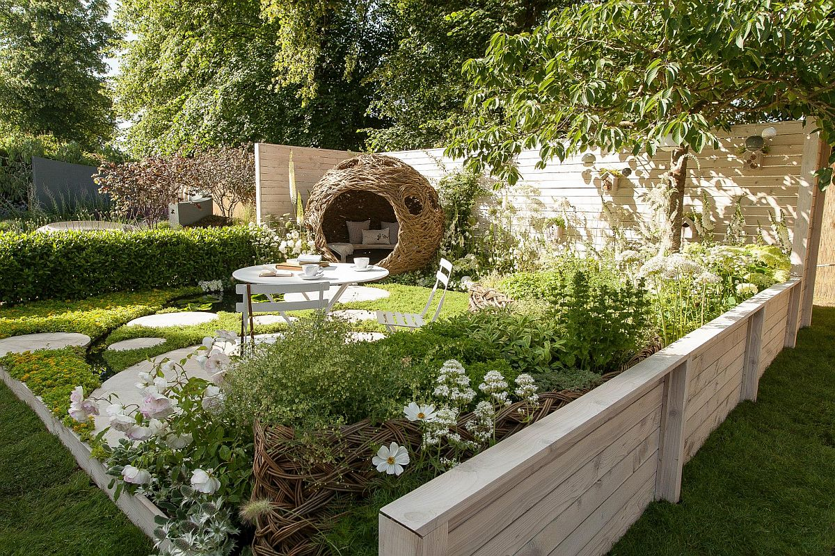 În spațiul expozițional unde a fost realizată amenajarea, perimetrul alocat a fost de 6,5 x 6,1 metri, adică aproape 40 de metri pătrați. Peisagiștii de la CouCou Design au imaginat totul ca un ansamblu de cercuri care se intersectează și care formeză louri de ședere în grădină, dar și legătura dintre funcțiuni cu pavaje realizate pe rotund.