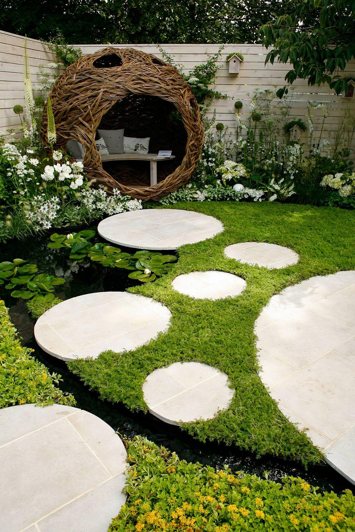 Pe lângă zona de lectură realizată ca o instalație împletită cu ajutorul scultpriței Carole Beavis, peisagiștii au prevăzut o zonă de apă în grădină, un iaz configurat ca o mică lagugă pete care pavajele și vegetația par că plutesc.