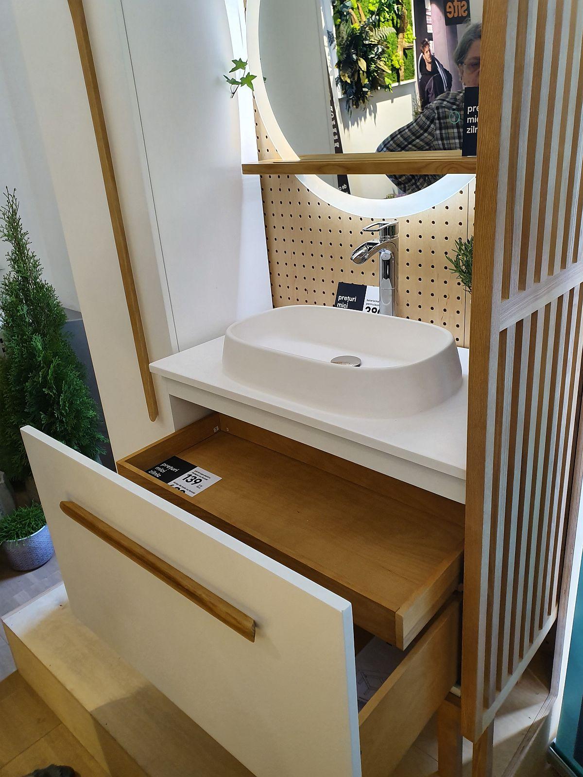 Corpul de mobilier d ebaie cu lavoar inclus are la interior mai mult spațiu de depozitare. Poți avea inclusiv un raft suplimentar pentru produse cosmetice.
