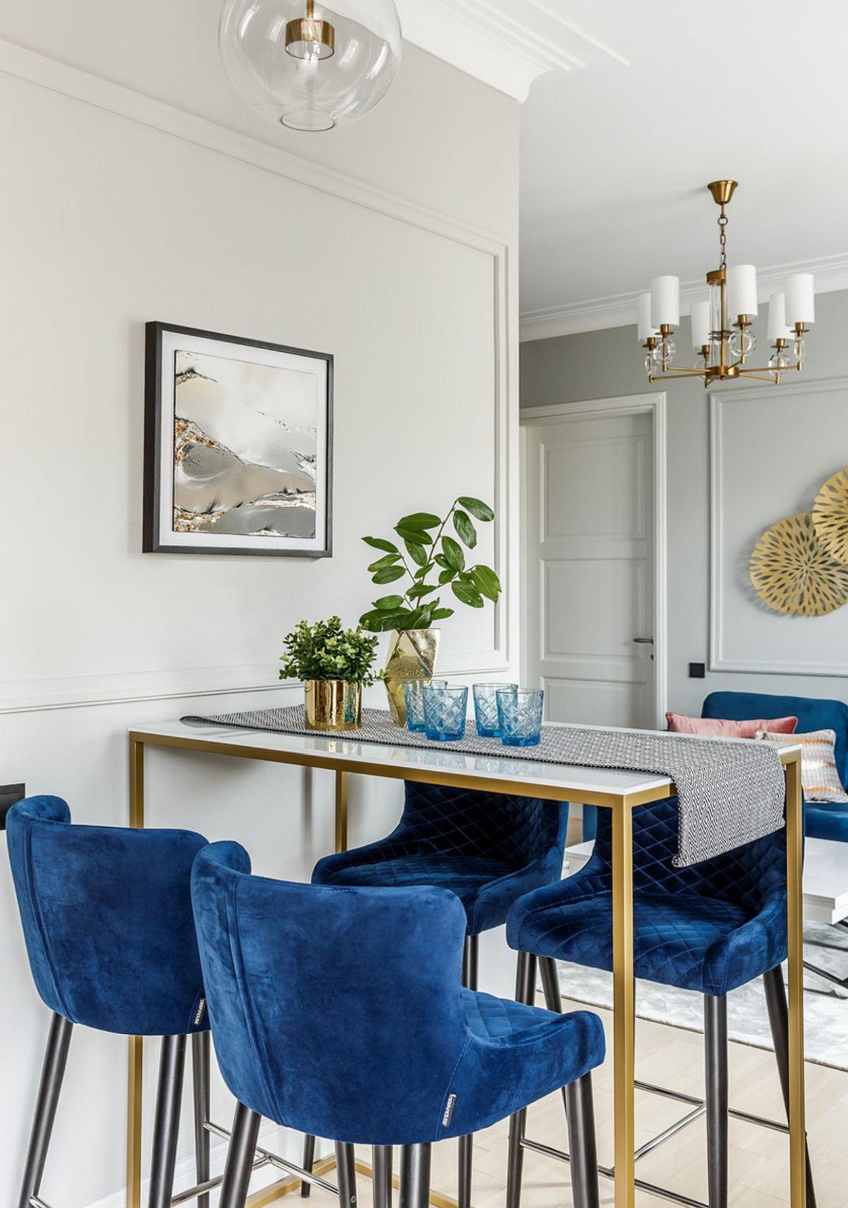 Între spațiu mic de multe ori o masă mai înaltă de tip bar poate fi o soluție bună prin diferențele de nivel care se creează în spațiu, dar și prin dimensiunile mai mici ale mesei. Aici masa a fost realizată pe comandă după proiectul designerilor. De remarcat modul de finisare și decorare al pereților cu profile decorative vopsite în aceeași nuanță cu a zugrăvelii.