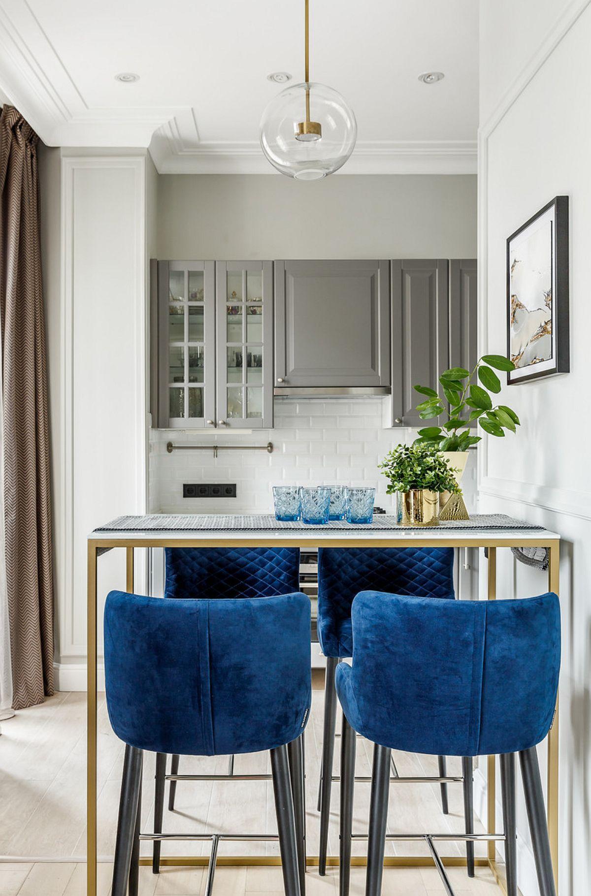 Mobila de bucătărie este parțial vizibilă din zona locului de luat masa, iar finisajul ei este ales în ton cu nuanțele pereților pentru a nu fi create contraste mari de culori.