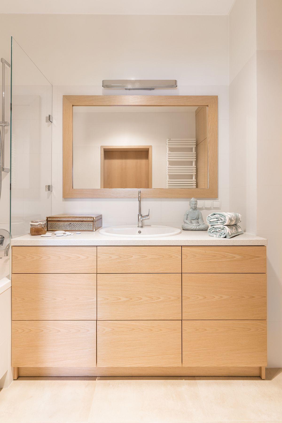 Spațiul de depozitare din baie este generos, dar totul gândit la nivel inferior sub lavoar. Sertarele sunt mult mai ccesibile într-un spațiu mic și mai eficient de organizat decât ușile de dulap.