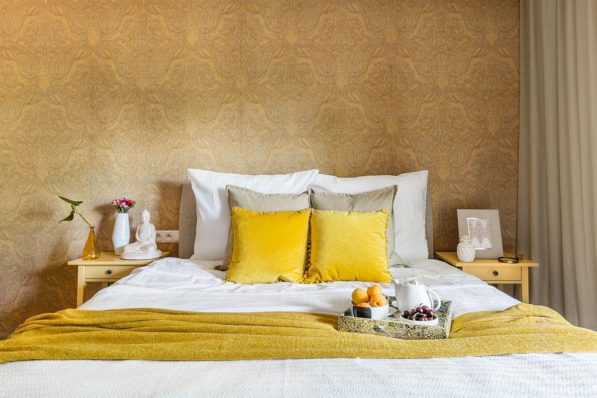 Țesăturile care ocupă suprafețe mari, cum sunt draperiile și tapițeria patului sunt neutre, tonuri de bej, dar albul în contrast cu accentele galbene dau nota finală.