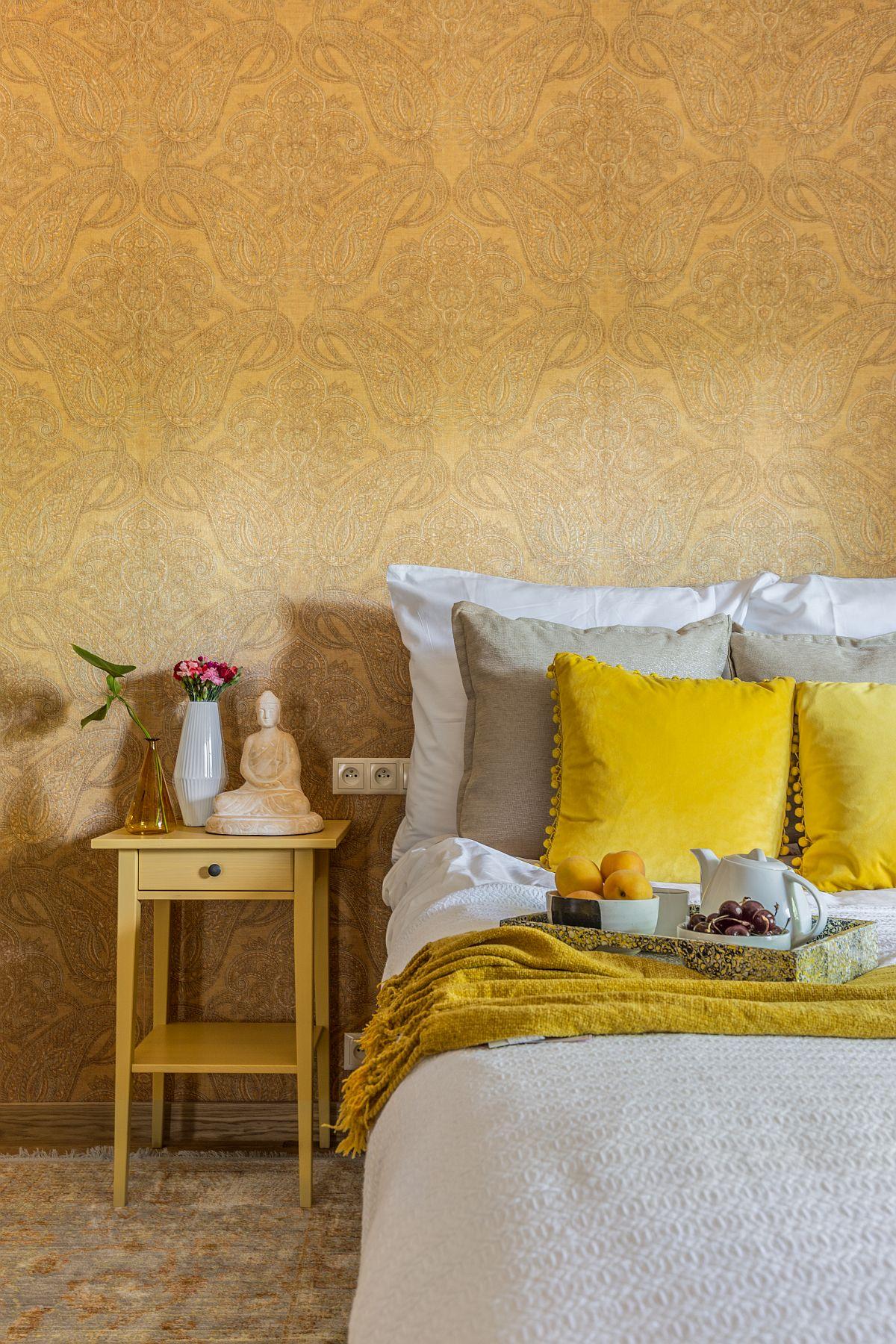 Tapetul are un imprimeu elaborat, dar care nu este încontrast cu fundalul, ca atare dă senzația de țesătură pe perete și deci de un confort suplimentar în dormitor. Nimic complicat, ci totul bine ales conform temei.