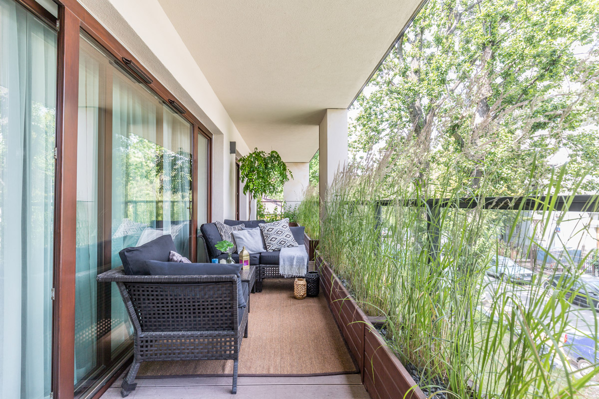 Terasa locuinței este lungă și a fost amenajată conform proiectului peisagistei Malwina Koziestanska. Acesta a prevăzut împărțirea în două a terasei, o parte corespondentă zonei de zi cu o canapea și a doua parte corespondentă dormitorului matrimonial cu accent pe decorul cu plante.
