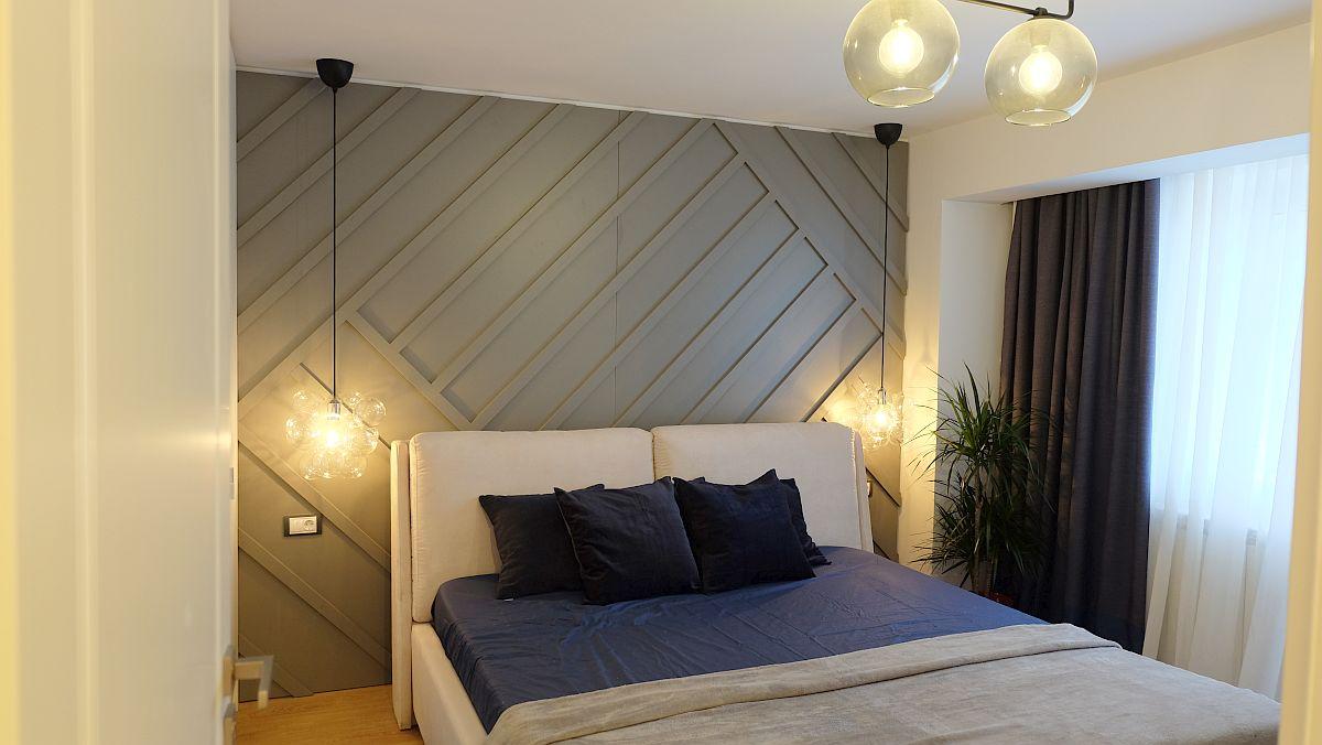 De o parte și de alta a patului sunt prevăzute suspensii (de la Ioooi), iar așternutul de pat, covorul și draperiile sunt alese să fie asortate. Draperiile și perdelele sunt realizate pe comandă de către designerul Alina Țâru.