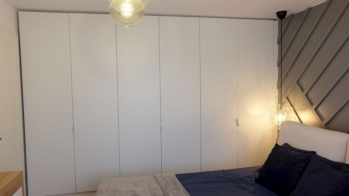 Pe un perete întreg a fost prevăzut un dulap generos pentru depozitare cu uși simple, albe, care să fie cât mai discrete și să nu încarce spațiul. Dulapul a fost realizat pe comandă la Movi Design.