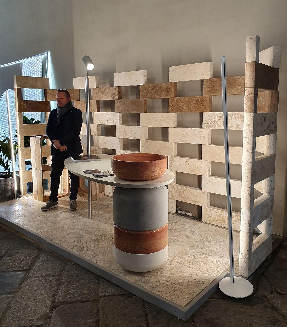 Tot ceea ce era prezentat în standul celor de la I SASSI DI ASSISI era realizat din piatră de la mobilier, piesele mici cu rol de taburete și până la împrejnuirea cu blocuri din marmură.
