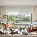 Livingul este o cameră de dimensiubi obișnuite, dar deschiderea către grădină îi asigură un aer aparte. Proprietarii și-au dorit un spațiu intim, confortabil, ca atare cea mai mare parte a camerei de zi este ocupată de canapeaua modulară.