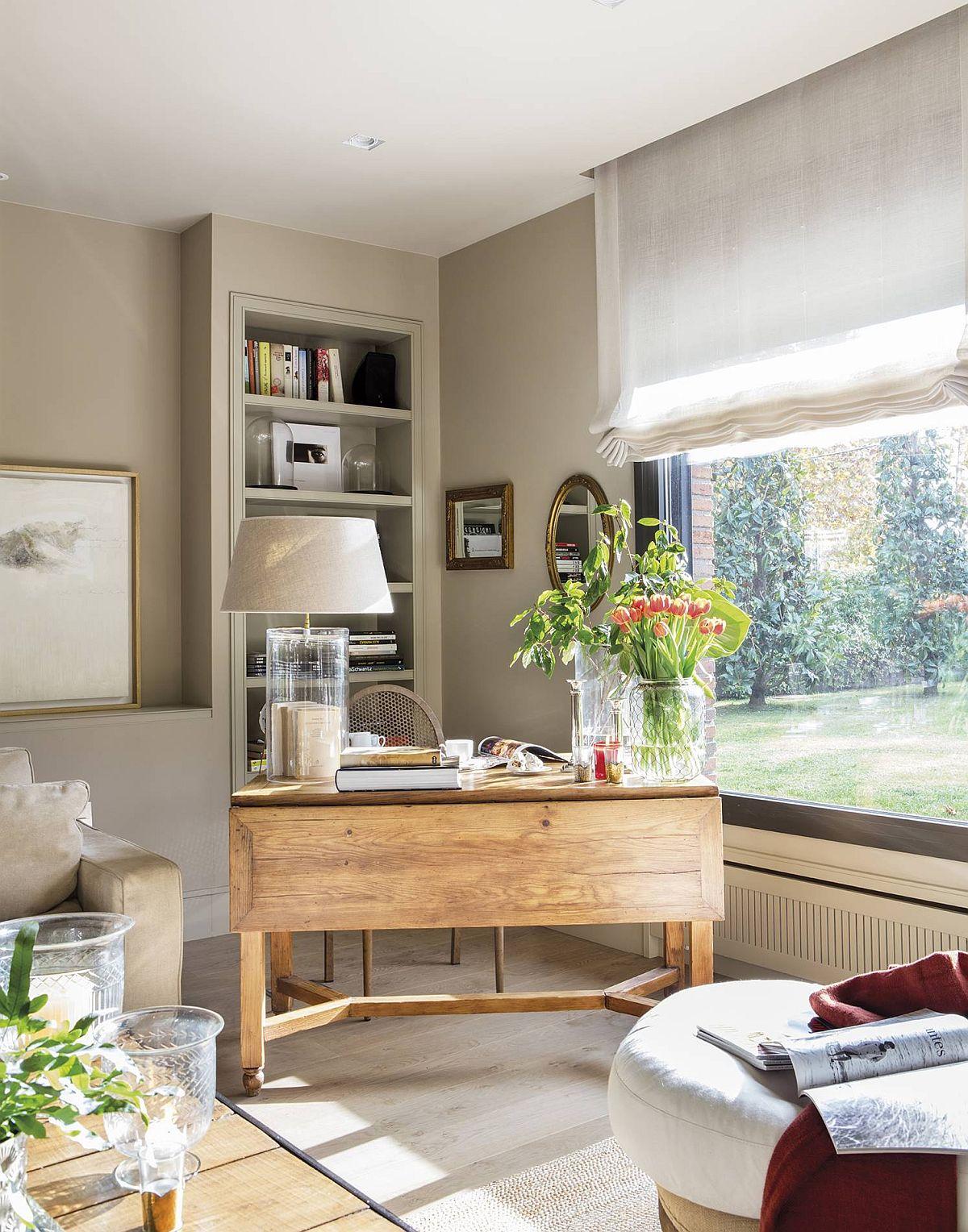 Dacă fundalul pereților este neutru și mobila realizată pe comandă în ton cu zugrăveala, ca și în bucătărie, orice textură, cum ar fi lemnul masiv al mesei de birou, iese în evidență și conferă caracter camerei.