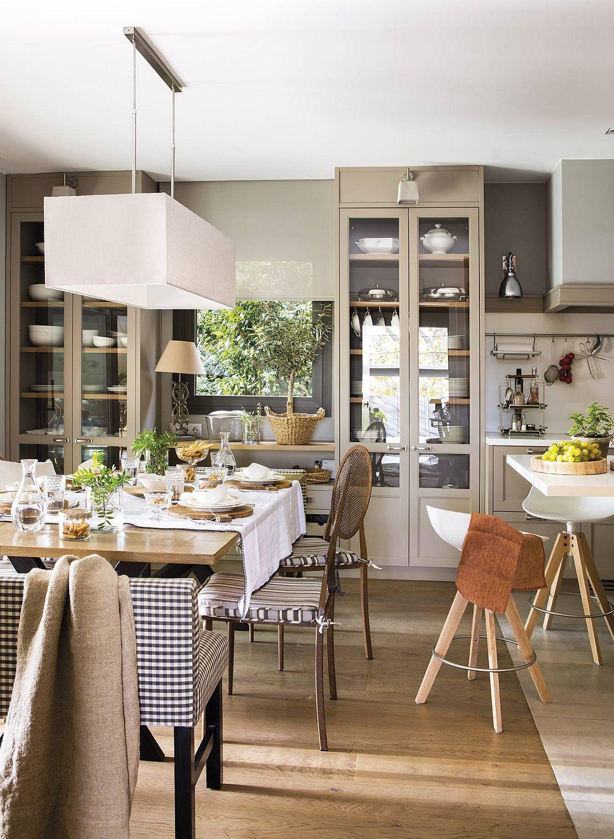 Locul de sufragerie este în același spațiul cu bucătăria, dar finisajele de la nivelul pardoselii sunt diferite pentru a marca funcțiunile. Însă mobila este realizată în aceeași linie și culoare, astfel ca la nivel superior totul să fie perceput unitar.