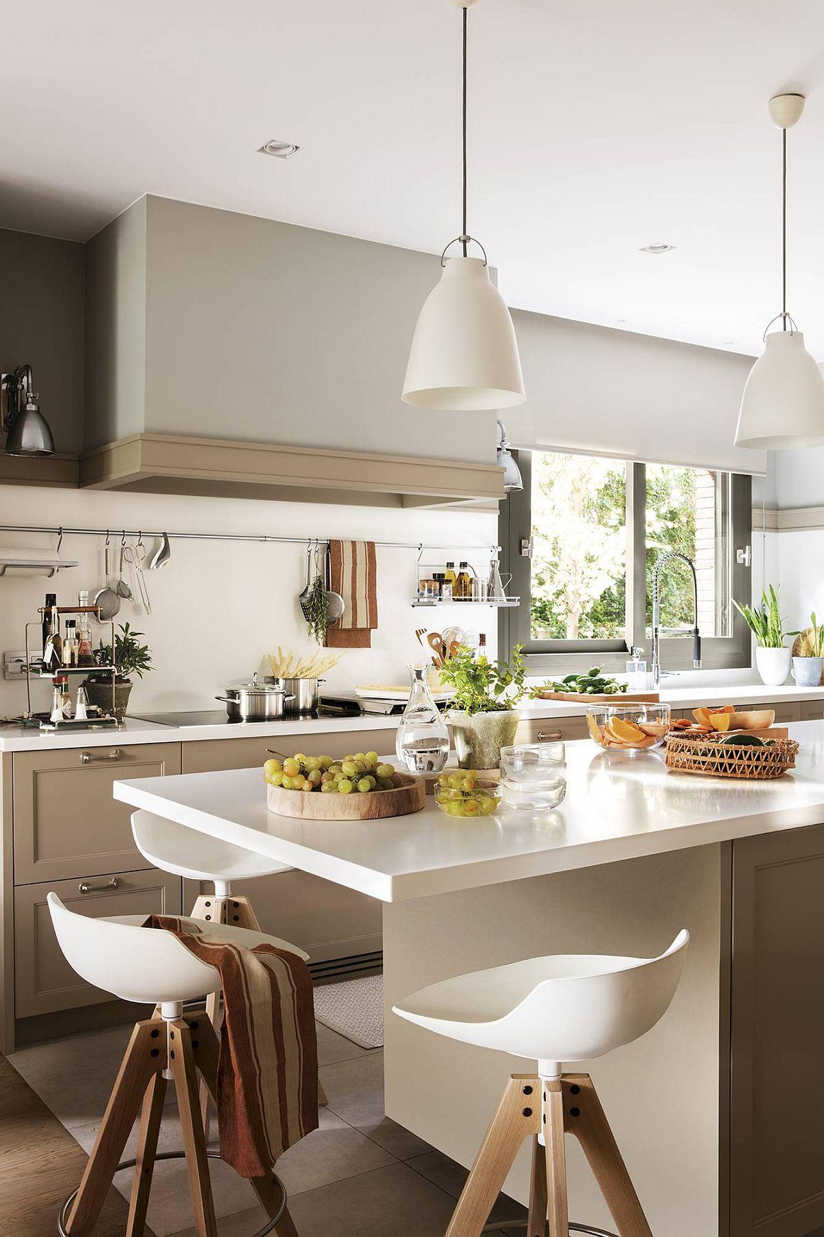 O casă interesant proiectată de la bucătărie înspre restul funcțiunilor, dar foarte bine organizată pentru familia care locuiește aici. Cu siguranță după ce vezi o astfel de abordare, vei lua în considerare cristeriile care de fapt te interesează, dincolo de cum obișnuiește toată lumea să facă. Sper să te inspire și pe tine!