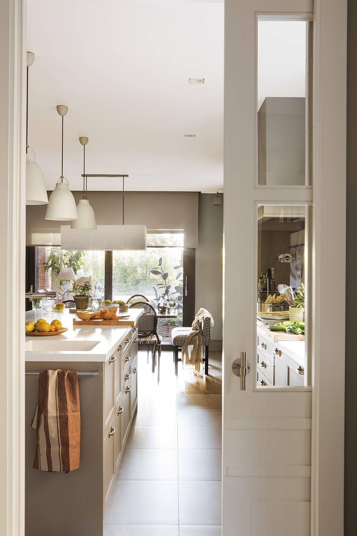 Bucătăria este separată față de living prin intermediul unei uși culisante, gândită încă din faza de proiect a casei. Ea culisează la interiorul zidurilor, ceea ce nu deranjează în niciun fel organizarea interioară a camerelor.