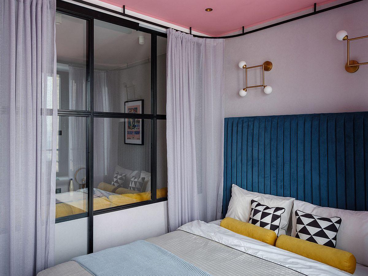 Pentru intimitate designerițele au prevăzut perdele vaporoase care pot fi trase în jurul patului, acesta având o structură metalică realizată pe comandă.