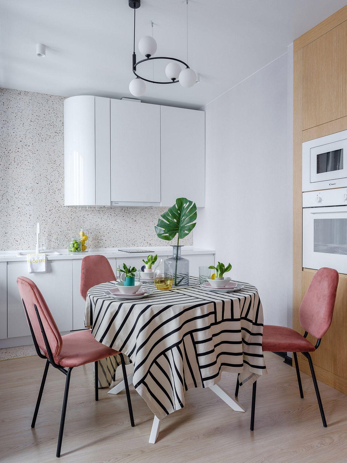 Bucătăria este minimală și organizată pe două laturi. Pentru electrocasnicele încastrate designerișele s-au folosit de peretele înalt pe care l-au prevăzut cu fronturi calde cu textură similară lemnului (PAL cu aspect de lemn).