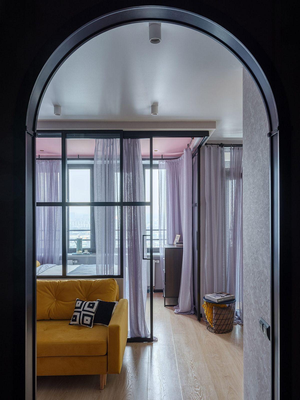 La intrarea în garsonieră spațiul dintre micul hol de intrare și cameră nu este separat cu ușă, în schimb o arcadă lasă lumina naturală dinspre ferestre să pătrundă către ușa de acces a locuinței. Faptul că pe o latură întreagă a garsonierei sunt ferestre a pus mari probleme designerilor pentru acomodarea pieselor de mobilier înalte pentru a nu obtura din lumina naturală.