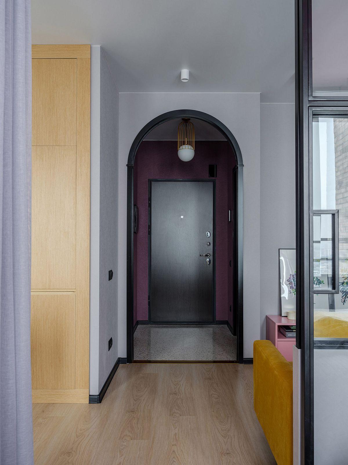 Din micul hol de la intrarea în locuință se accede în baie, care a fost ușor mărită către hol.
