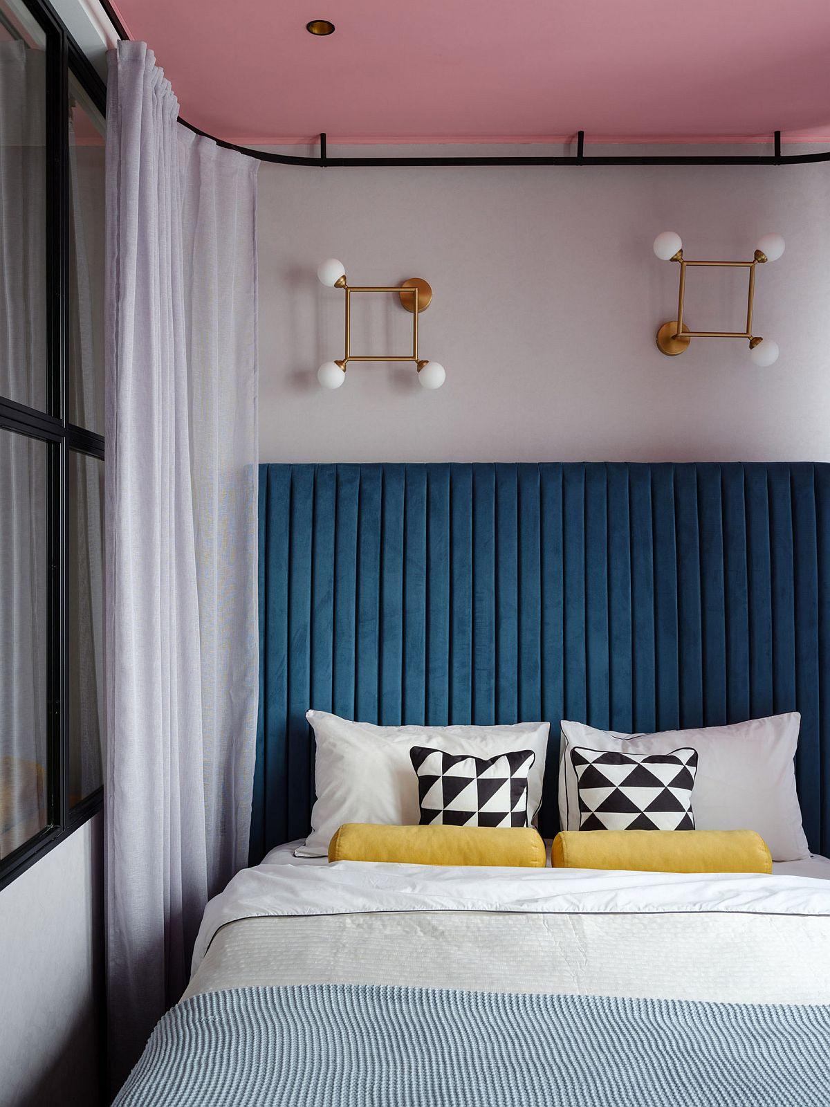 Ca să aibă impresia de cât mai mult roz, designerițele au prevăzut ca plafonul din dormitor să fie roz, dar în rest au ales o schmeă cromatică inspirată din anii 80 (pop) cu albastru, galben și imprimeuri grafice în al și negru. Tăblia patului este înaltă pentru a imprima mai mult confort.