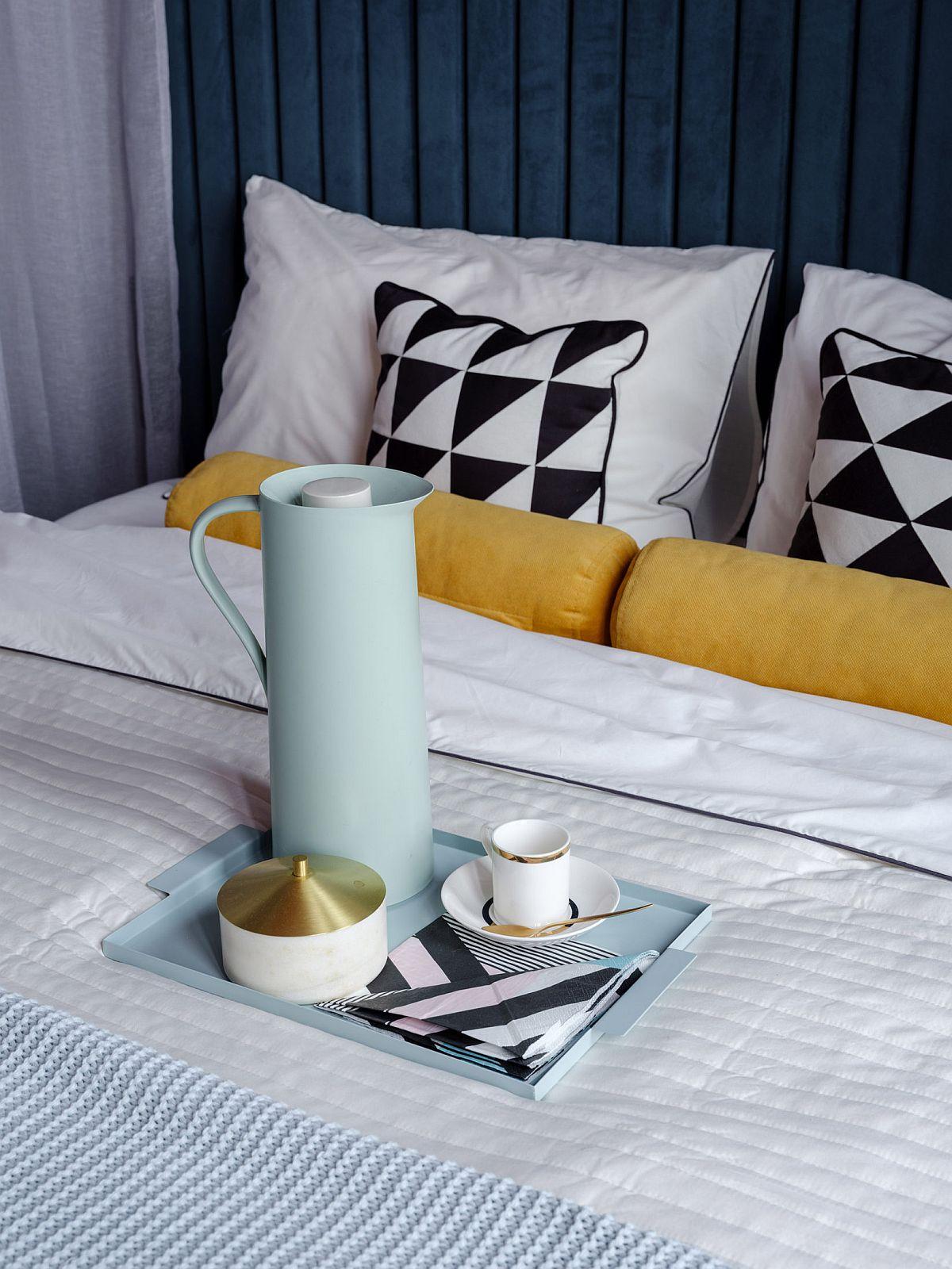 Modul de aranjare al patului contează enorm mai ales când acesta este la vedere toată ziua. Lenjeriile de pat albe sunt cele mai elegante și imaginea lor este cea de curățenie. De asemenea, ele pot fi foarte ușor accesorizate cu pleduri și perne colorate, așa că dacă nu știi ce lenjerii de pat să alegi, fie că ai dormitor separat sau nu, cu alb nu greșești niciodată.