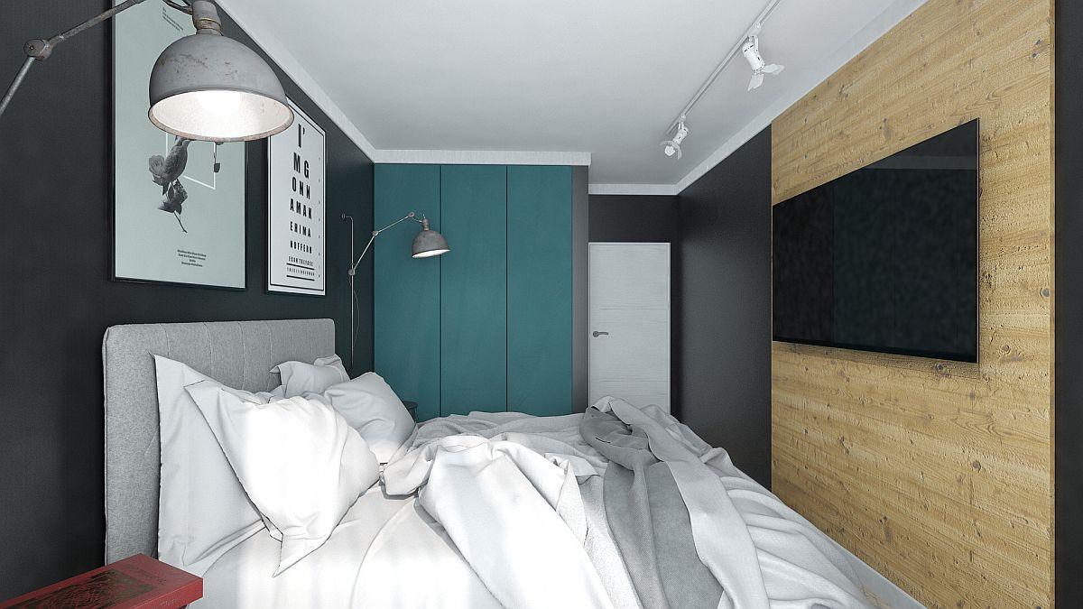 Lemnul (aflat în trend) este prezent în dormitor în zona locului de tv. Placarea aduce un finisaj cald pe verticală, plăcut combinat cu restul nuanțelor.