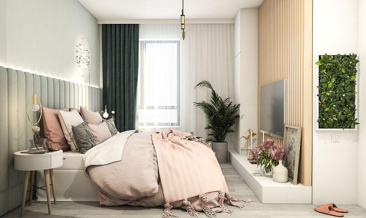 Dormitorul matrimonial a fost gândit de Laura Pietrușel într-o notă diafană, nuanțe pastelate combinate cu griuri deschise, iar partea de căldură asigurată de riflaje din lemn.