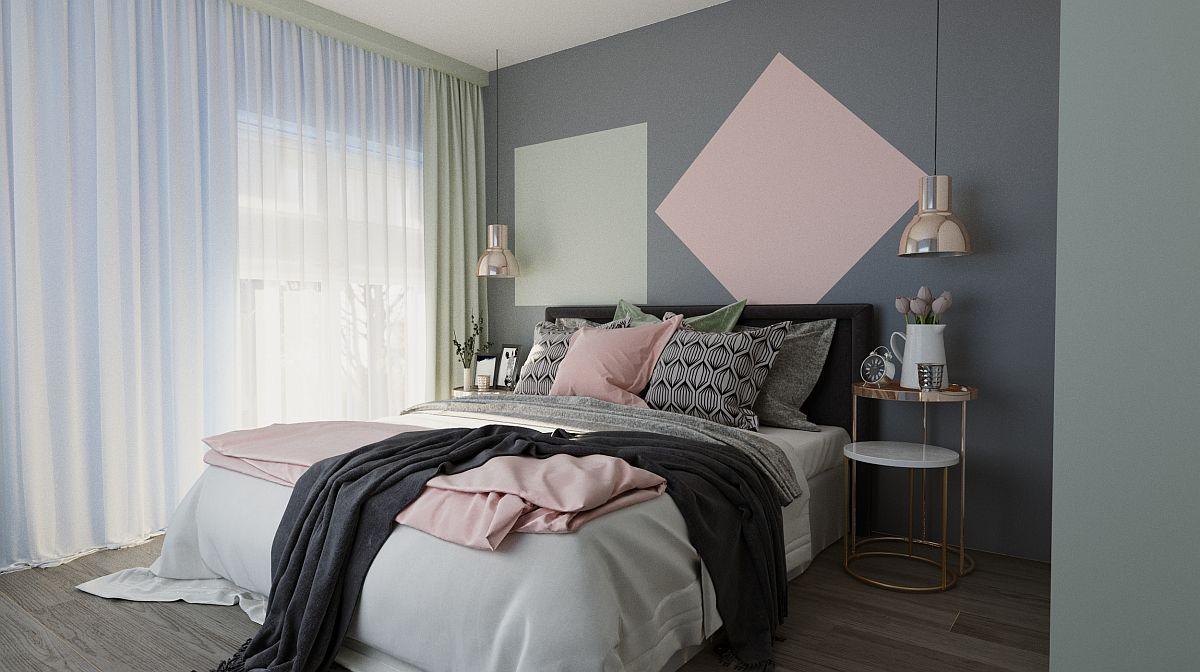 Dormitorul matrimonial a fost proiectat de către Andreea în tonuri neutre, mai închise pentru senzația de intimitate și calm. Pe acest fundal neutru, prezența a două suprafețe mici colorate pastelat pe perete poate indica locul mamei și locul tatălui.