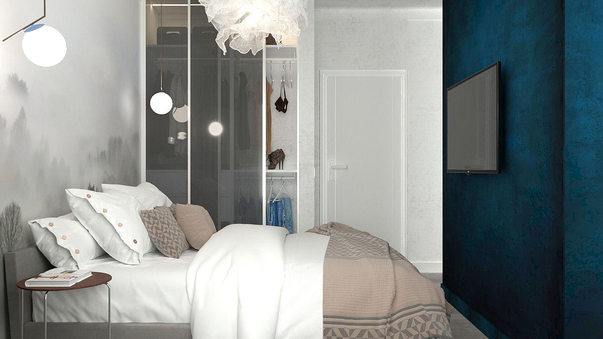 Dulapul cu uși glinsate fumurii este un alt accent din trendurile 2019 care este și foarte funcțional în sensul că oferă vizibilitate bună la interior chiar și când ușa glisantă acoperă jumătate din lățimea dulapului. Peretele închis la culoare dă impresia de adâncime, dar și camuflează prezența celui de-al doilea televizor.