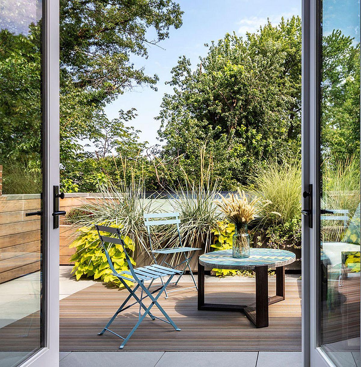 Atuul dormitorului matrimonial nu este la interior, ci la exterior, respectiv terasa frumoas amenajată în acord cu interiorul. Prezența acestei terase i-a determinat pe proprietari să renunțe la îmbrăcarea ferestrelor cu perdele și draperii.