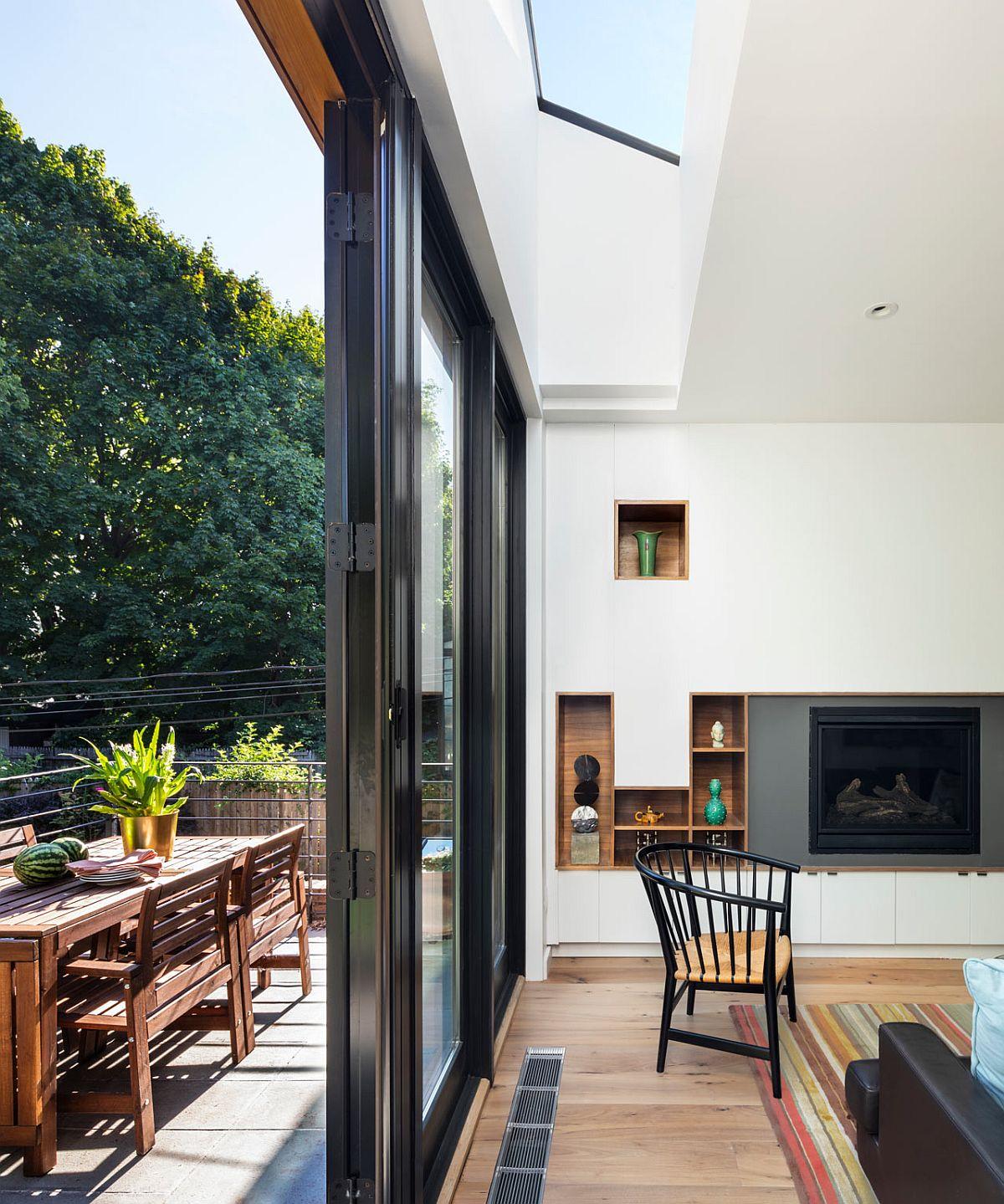 Arhitecții au prevăzut lumina naturală din mai multe zone decât cele ale ferestrelor, inclusiv prin luminatoare strategic poziționate, având în vedere faptul că spațiul zonei de zi este șung și îngust, iar centrul locuinței este departe de sursele de lumină naturală.