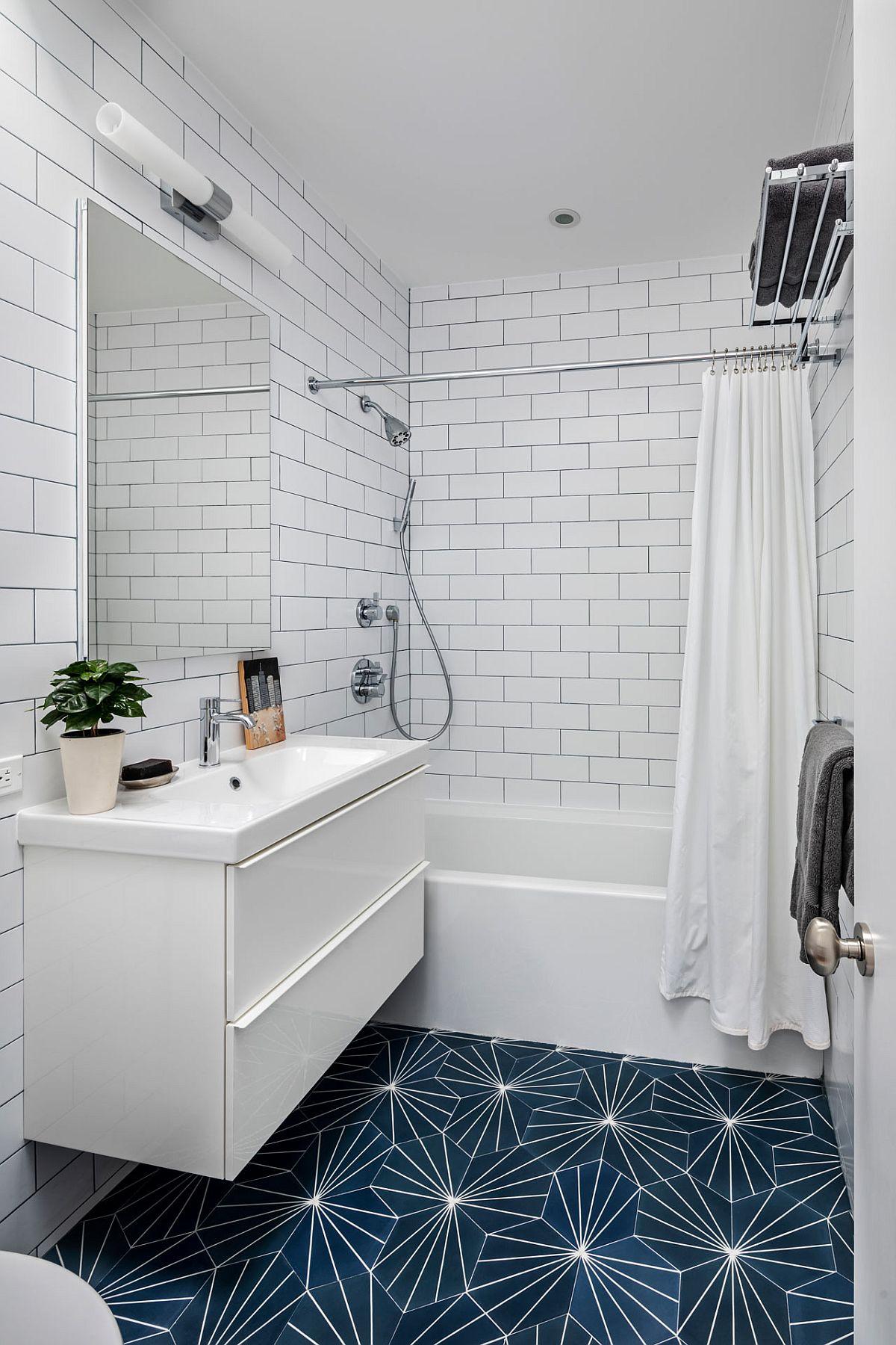 A doua baie este și ea simplu tratată, totul cu alb, cu excepția pardoselii, care scoate din anonimat amenajarea.