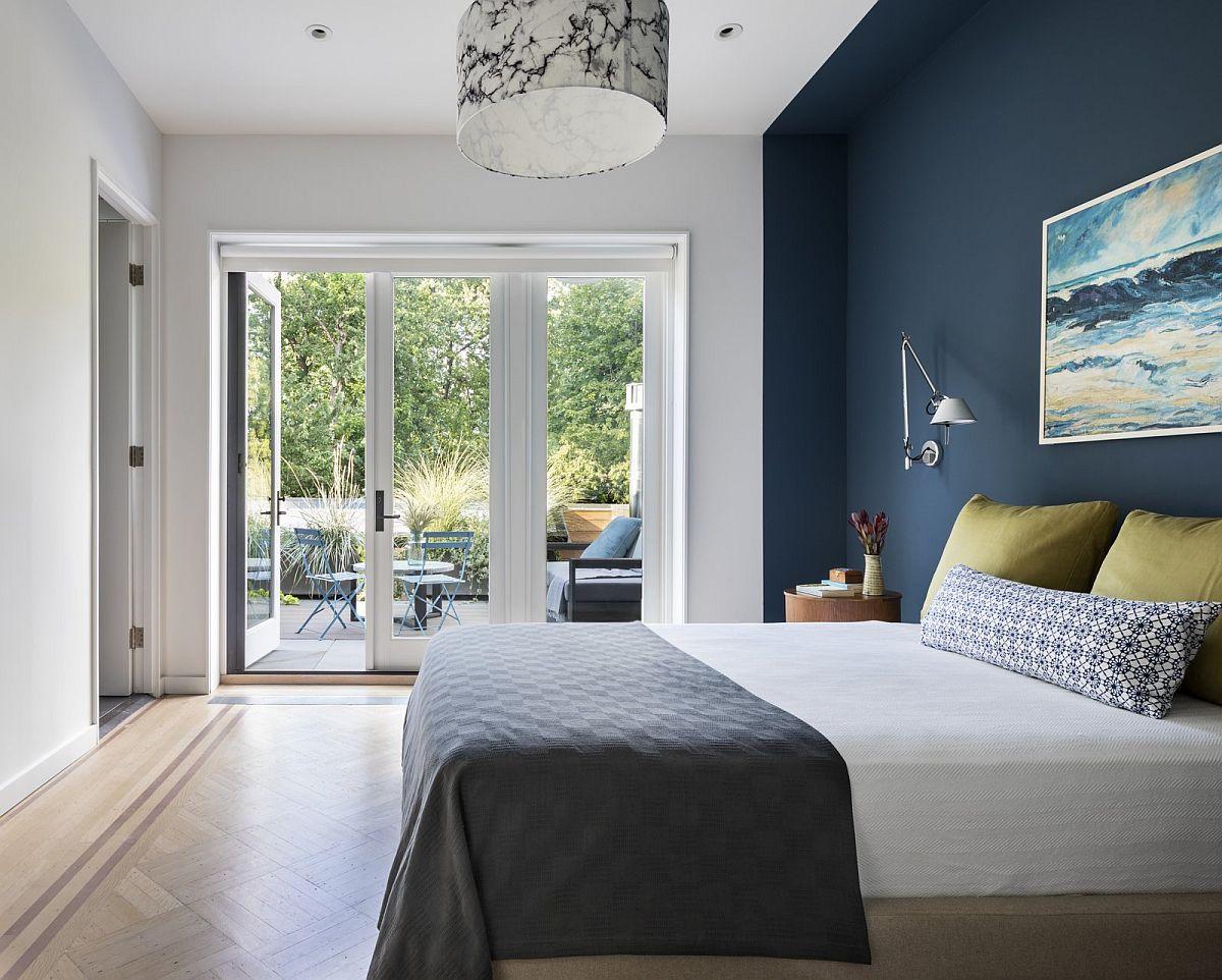 Dormitorul matrimonial o cameră aerisită, simplă, cu terasă proprie este personalizat printr-o nuanță închisă ce marchează locul patului. Dressingul este separat, la fel ca și baia matrimonailă, care se deschide din încăpere cu ușă interioară.