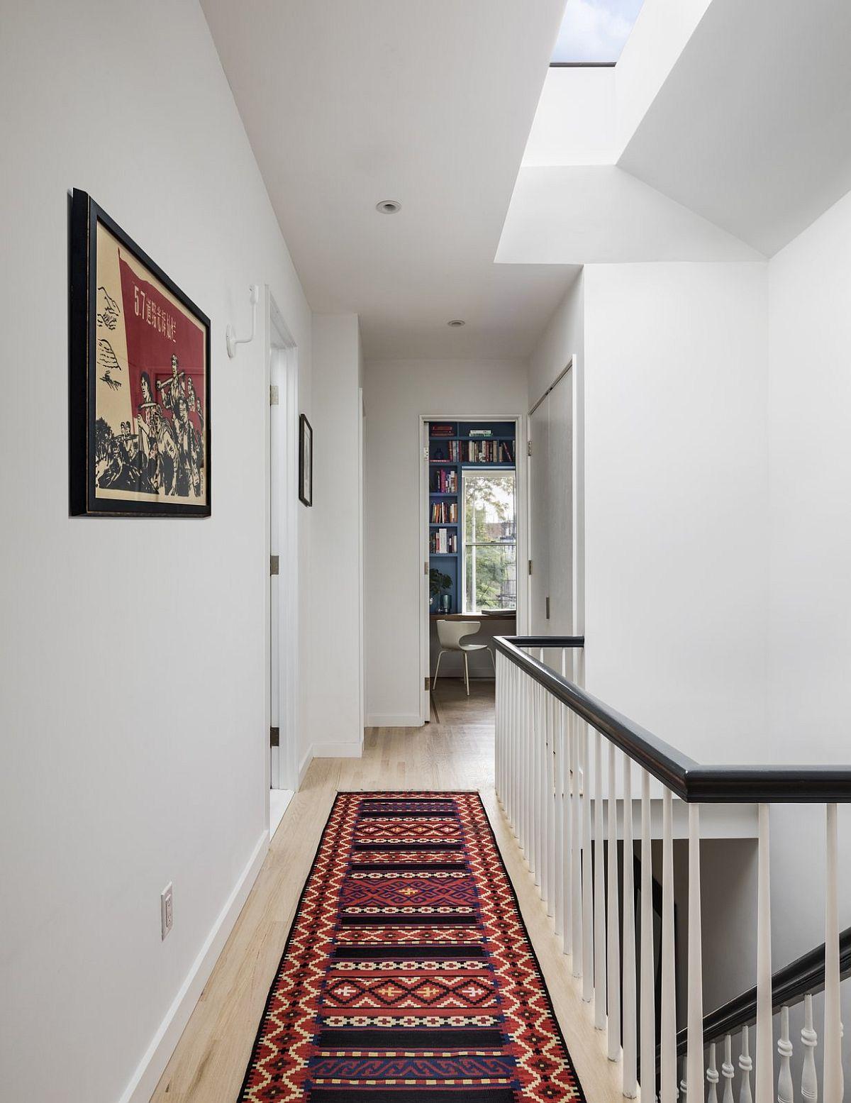 Etajul găzduiește pe lângă cele două dormitoare și un mic spațiu de birou orientat către o zonă cu vegetație.