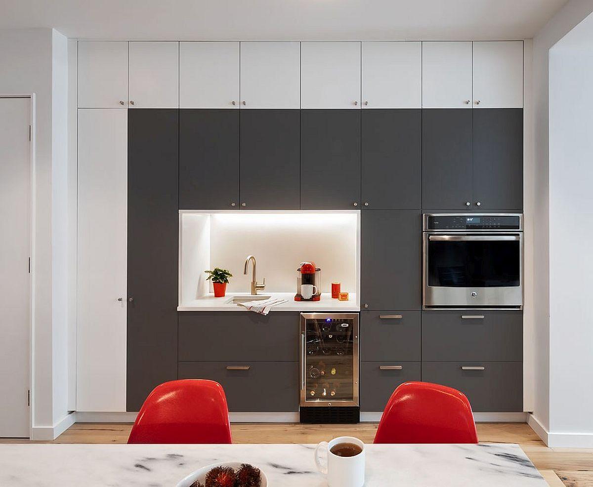 Bucătăria este organizată pe două laturi opuse. Pentru a economisi bani s-au achiziționat carcase de mobilier de la IKEA, iar ușile și nișa eu fost realizate pe comandă.