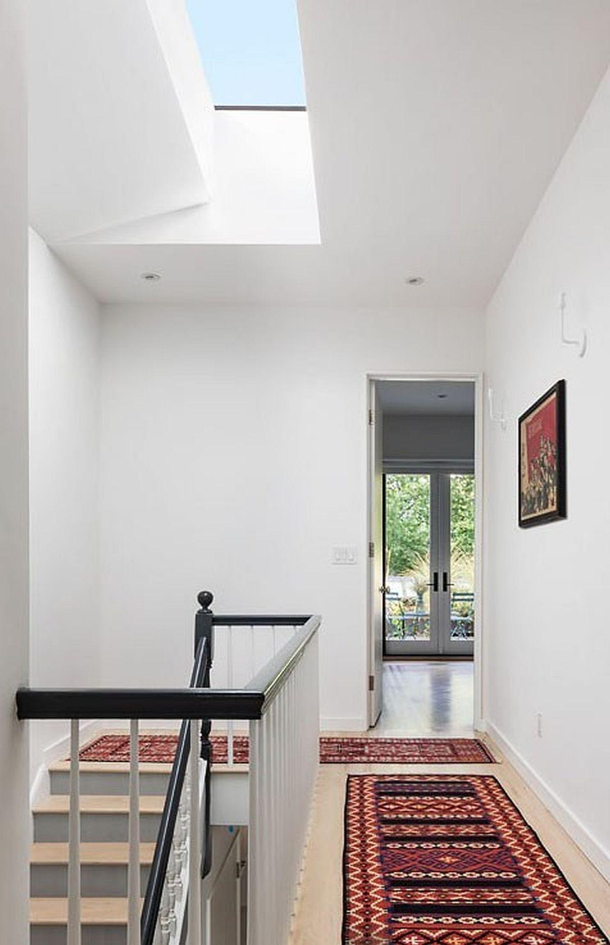 Deasupra casei scării arhitecții au prevăzut un luminator în acoperișul casei astfel ca și acest spațiu să beneficieze de lumină naturală.